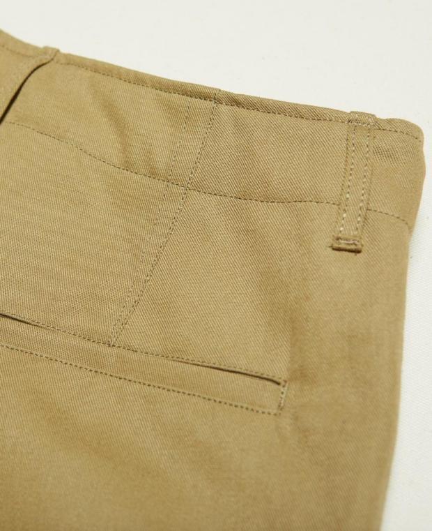 détails de la poche arrière pantalon marron kidur