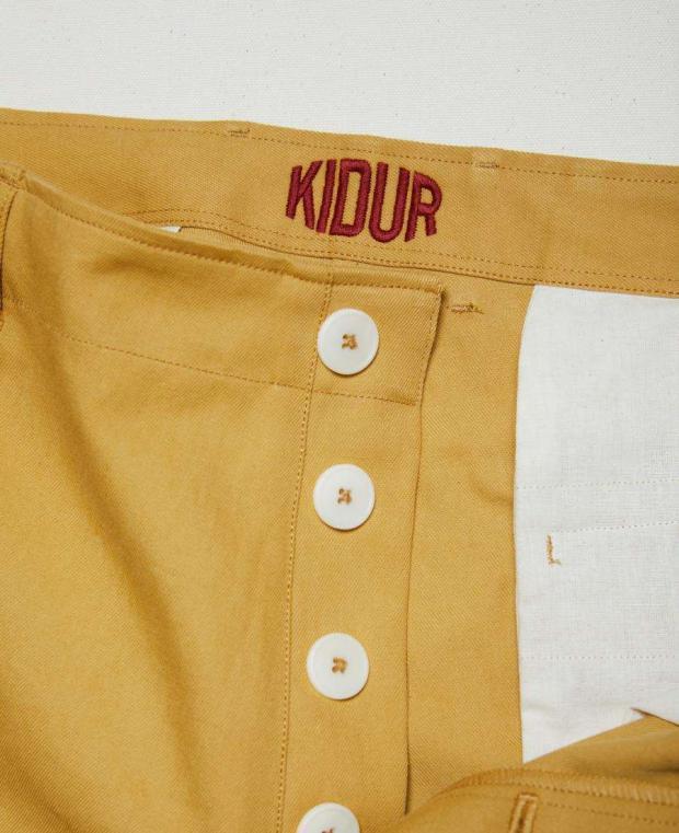 détails boutonnière pantalon jaune kidur