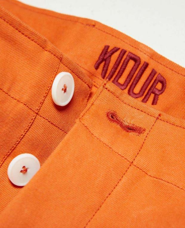 détails boutonnière pantalon achille orange mecanic