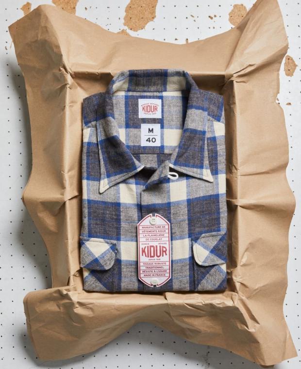 chemise à carreaux blanc et bleu avec boite kidur