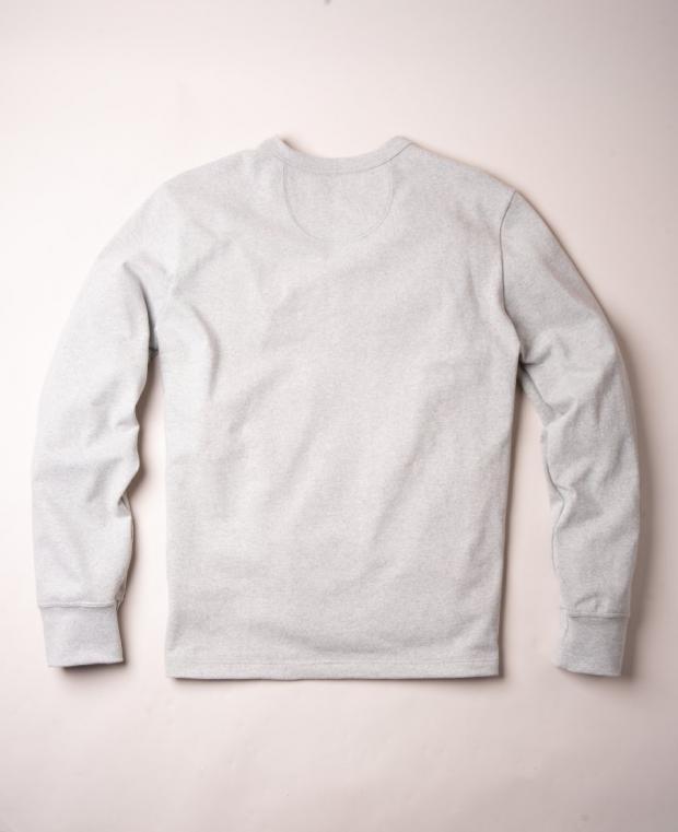 t-shirt gris à manches longues vu de dos